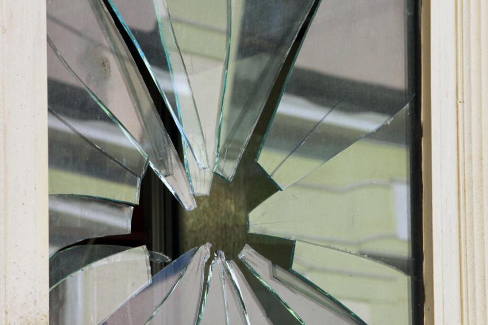 Der Mann zerbrach einen Spiegel und rammte sich eine Scherbe in den Oberkörper. (Symbolbild)