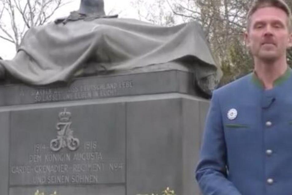 Nikolai N. zeigt sich auf YouTube vor einem Denkmal.