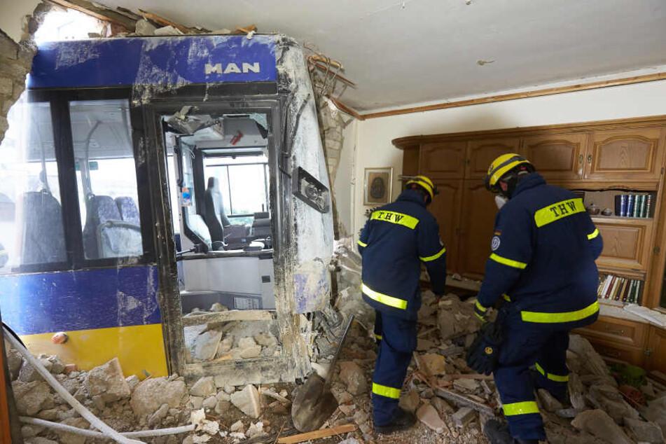 Der Bus krachte durch die Hauswand.