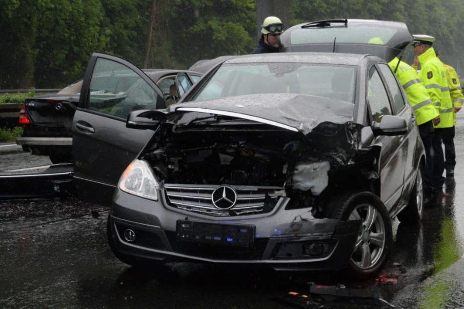 Auch die Mercedes A-Klasse war nach dem Crash nur noch Schrott.