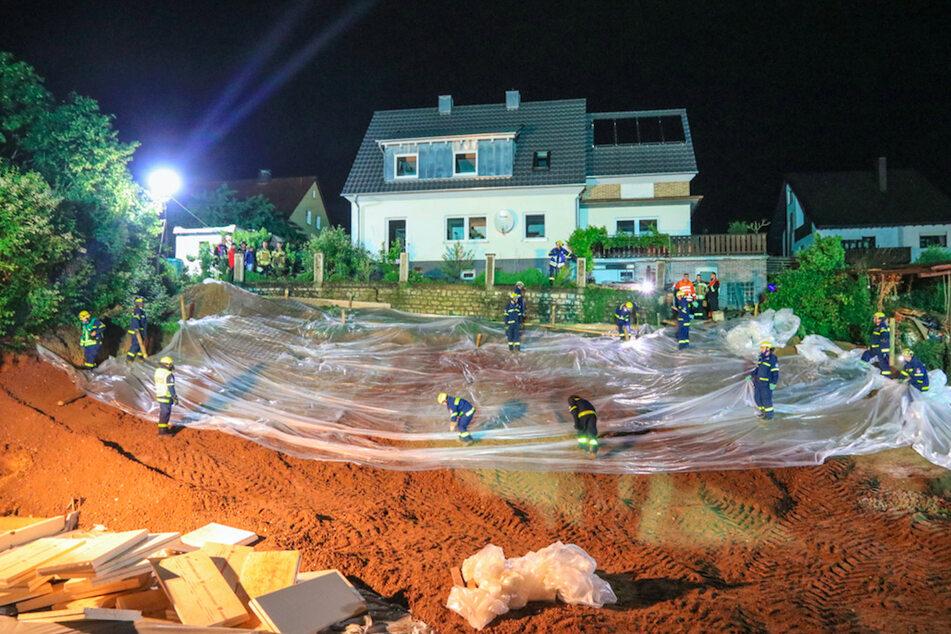 Hang rutscht ab: Wohnhaus droht, nach Regen in Baugrube zu stürzen