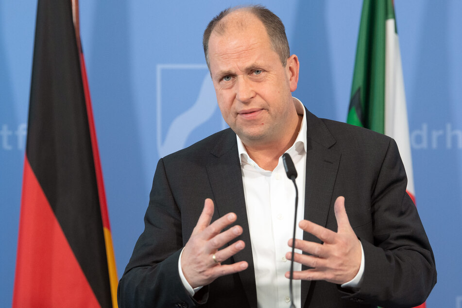 NRW-Minister Joachim Stamp bei einer Pressekeonferenz.