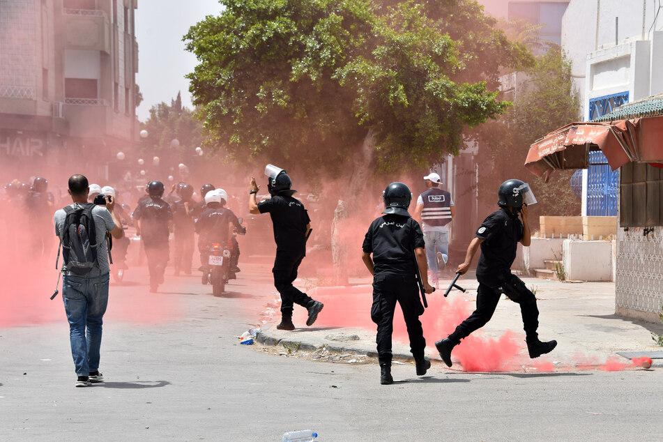 Zahlreiche Menschen gingen gegen die Ennahdha-Partei und die Regierung vor dem Parlament Tunesiens auf die Straße.