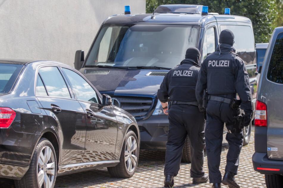 """Polizisten einer Spezialeinheit durchsuchten bereits im August 2017 im Zusammenhang mit den Ermittlungen gegen """"Nordkreuz"""" ein Grundstück in Banzkow."""