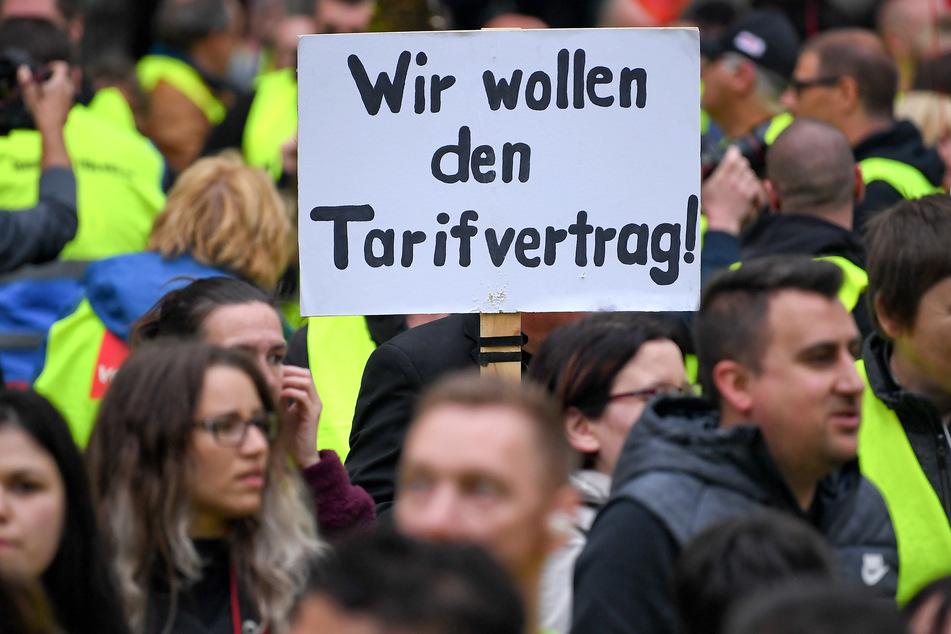 Auch in Deutschland werden Amazons Arbeitsbedingungen heftig kritisiert, wie hier bei einer Demo in Berlin. Besagten Tarifvertrag haben sie auch im Jahr 2021 noch nicht bekommen.
