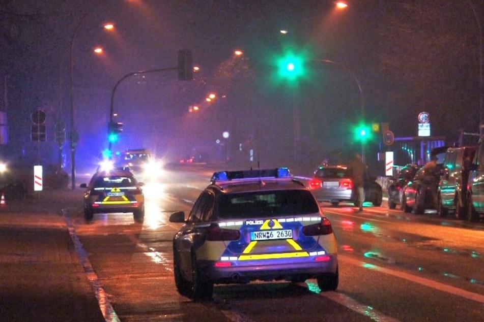Mit mehreren Polizeiautos wurde das Gebiet um die Turnhalle herum abgesperrt.