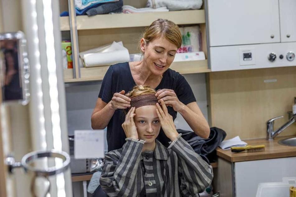 Maskenbildnerin Anke Saboundjian (43) versteckt die Haare von Natalie Vagnerova unter Mullbinden.