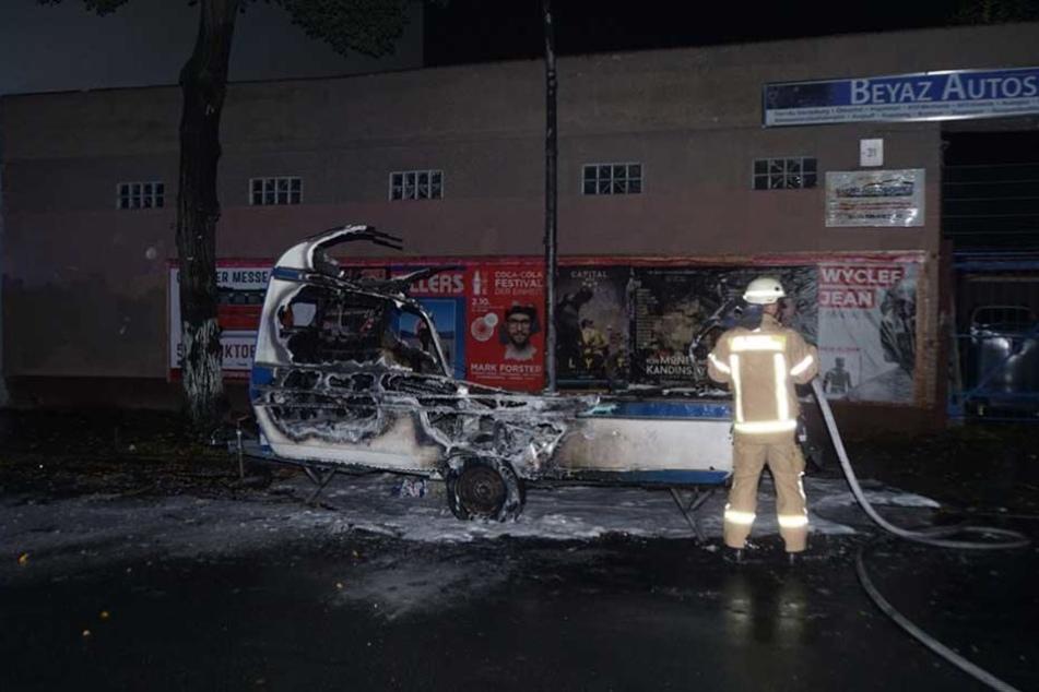 Bereits am Mittwoch brannte auf der Selkestraße dieser Wohnanhänger.