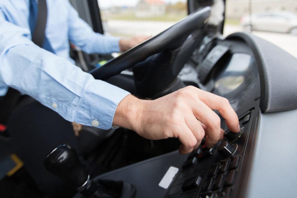 Als der Busfahrer seine Fahrt fortsetzte, geriet der Rentner unter den hinteren rechten Reifen des Busses. (Symbolbild)