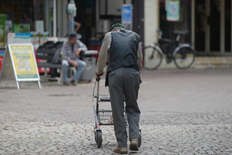 Weil das Rad am Rollator kaputt war, ging der Mann sehr langsam. (Symbolbild)