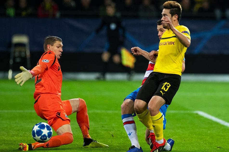 Brügges Verteidiger bekamen lange Zeit immer noch ein Bein dazwischen. Hier kommt BVB-Linksaußen Raphael Guerreiro (r.) einen Schritt zu spät.