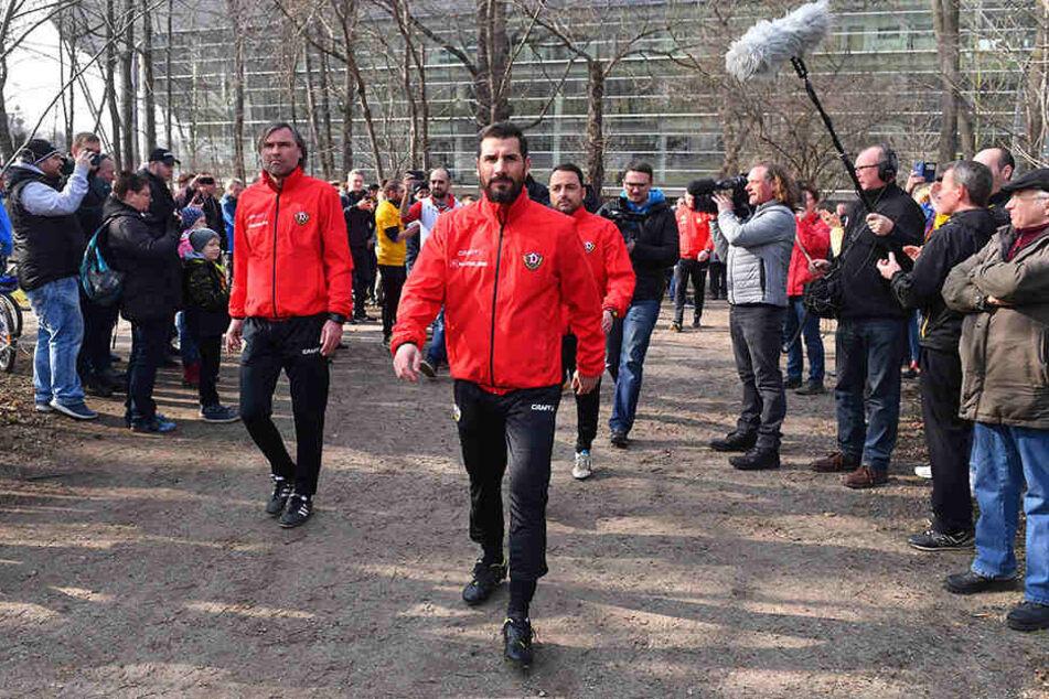 Cristian Fiel (Mitte) leitete am heutigen Donnerstag seine erste Einheit als Neu-Cheftrainer der SGD.