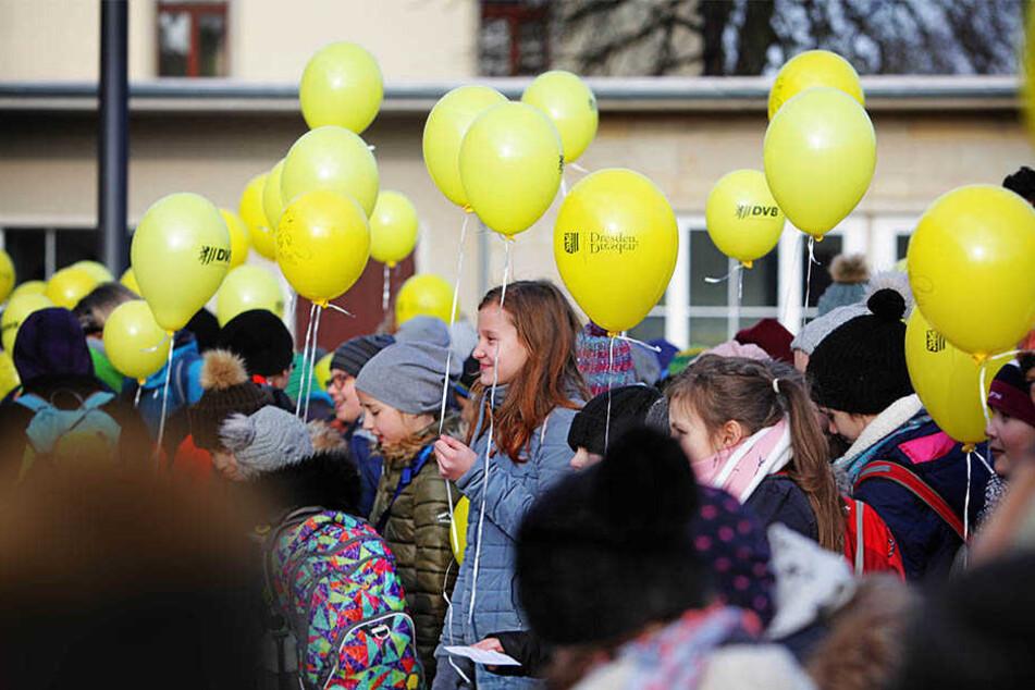 Zur Eröffnung stiegen Luftballons in die Höhe: Der neue Schulcampus an der Wehlener Straße in Tolkewitz wurde gestern eröffnet.