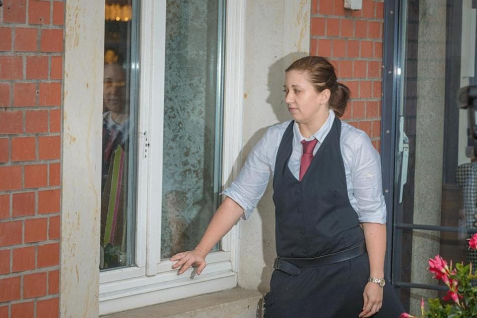 Die Leiterin des Cafes Toscana, Susann Pijanski (26), zeigt das Fenster, das Ganoven am Wochenende gleich zweimal aufhebelten.