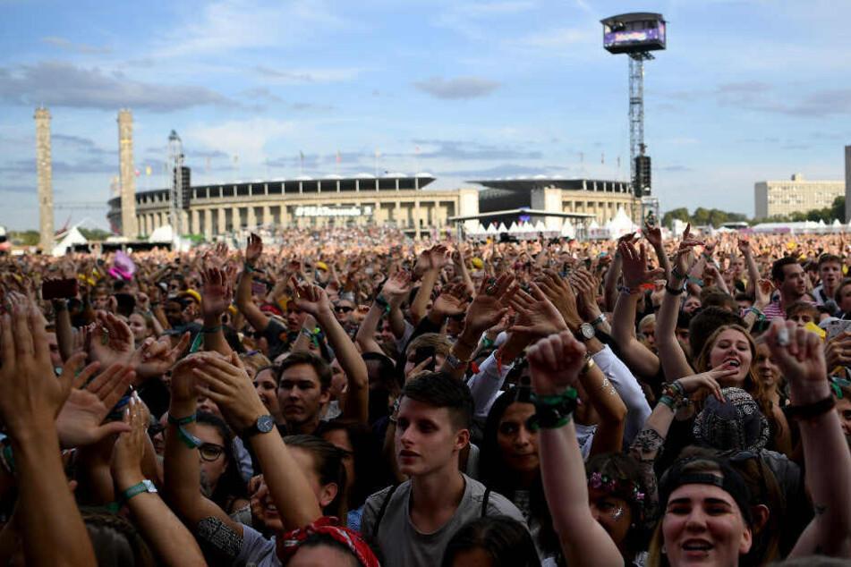 Besucher feiern beim Lollapalooza auf dem Gelände des Olympiaparks.