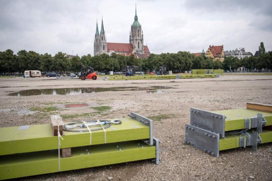 Bauteile liegen auf der Baustelle des Oktoberfestes auf der Theresienwiese.