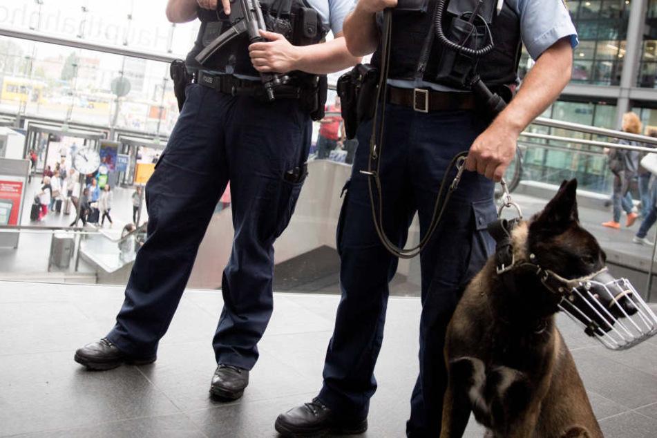 Beamte der Bundespolizei sicherten den Bahnhof ab. (Symbolbild)