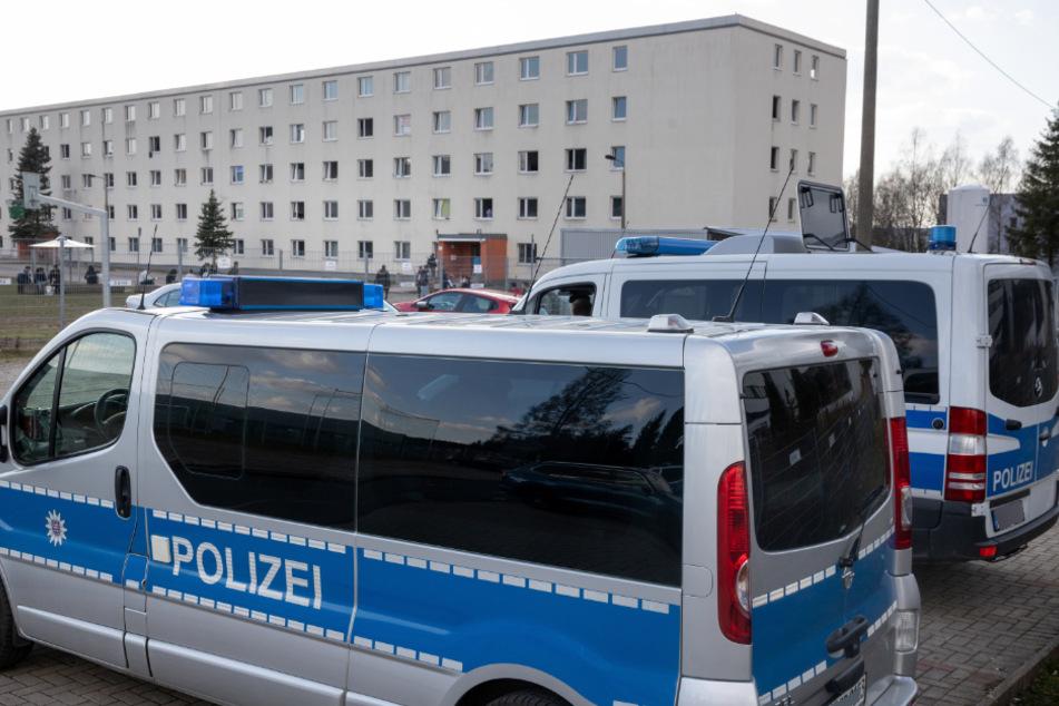 Streit und Brand gemeldet: Polizei räumt Asylunterkunft