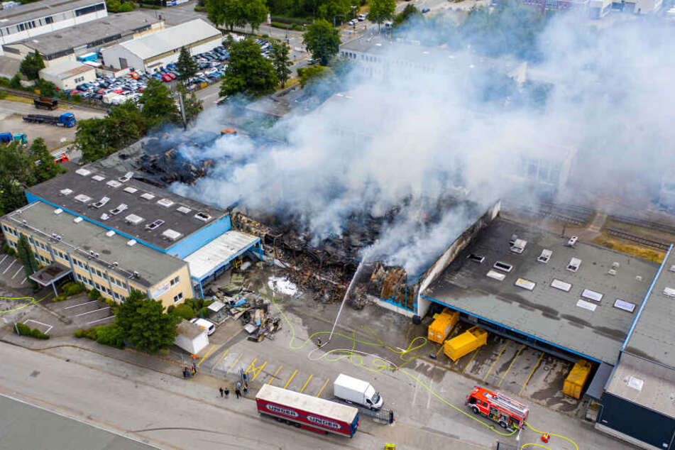Ausgerechnet in einer Firma für Grillanzünder ist in der Nacht zu Sonntag ein Brand ausgebrochen.