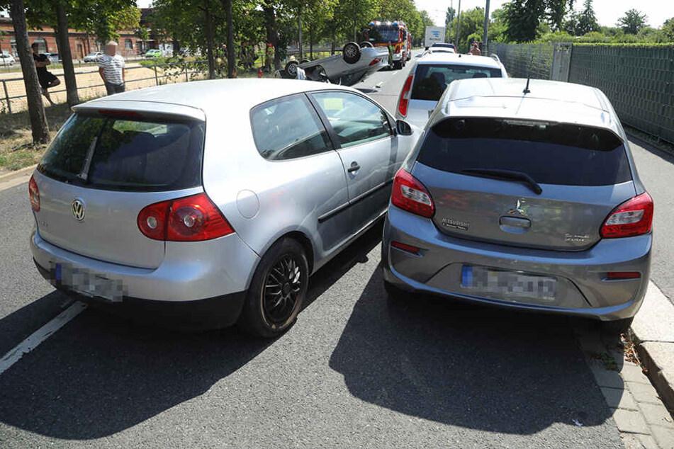 Der VW Golf krachte gegen zwei parkende Autos.