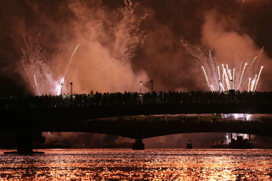 Besucher beobachten das Feuerwerk.