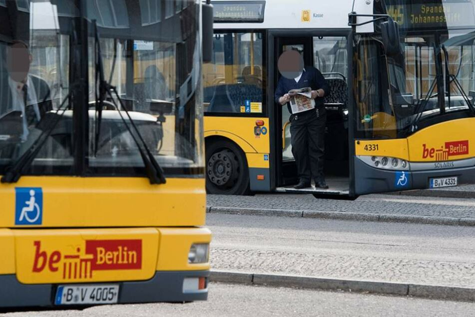 Die Scheibe eines Linienbusses ging bei dem Wurf zu Bruch (Symbolbild).