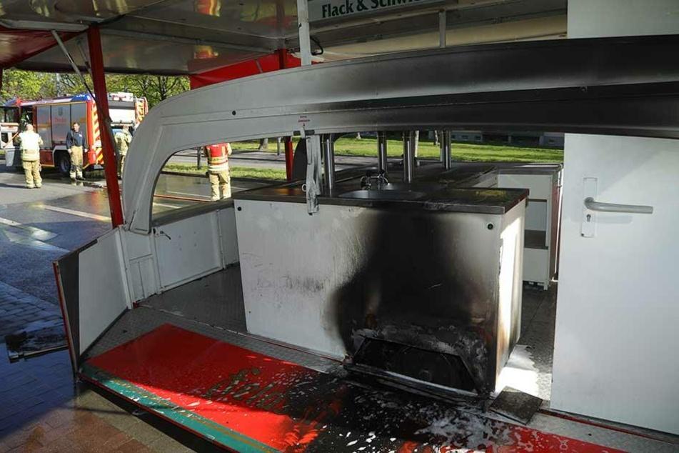 Im Bereich des rechten Rades hatte der Anhänger angefangen zu brennen.