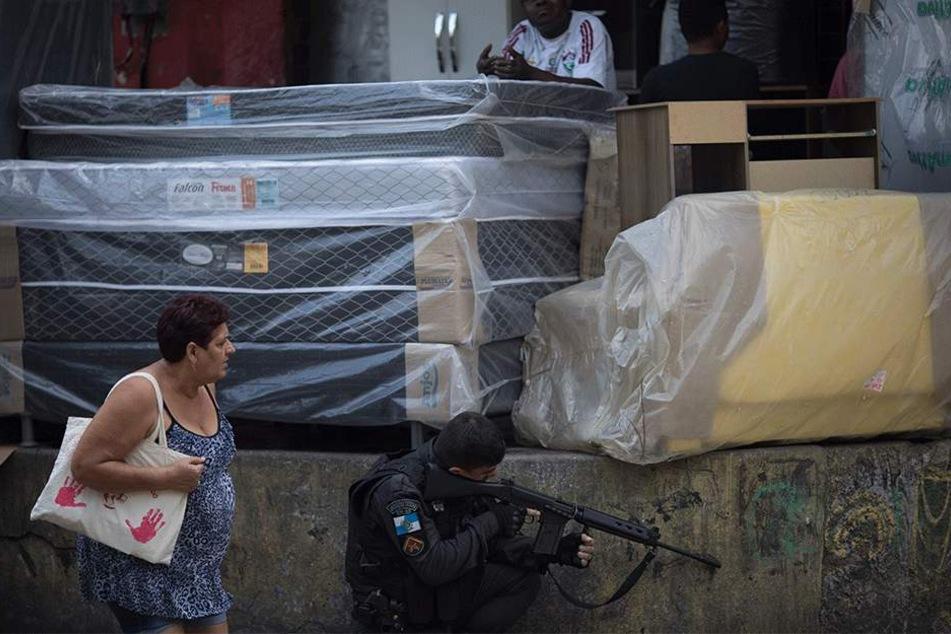 Heftiger Kontrast: Eine Zivilistin steht bedröppelt neben einem Soldaten.