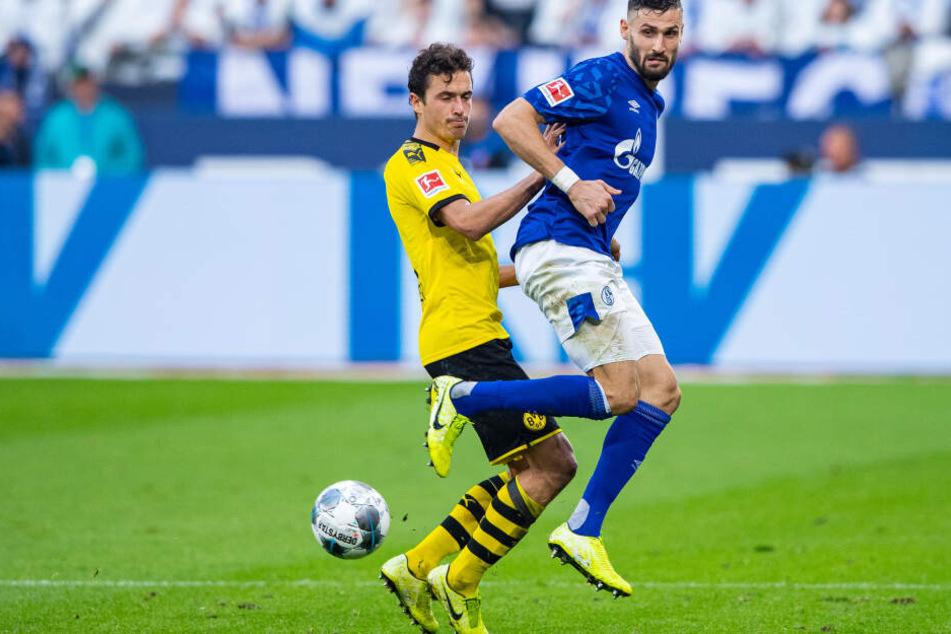 Schalkes Daniel Caligiuri (r) und Dortmunds Thomas Delaney im Zweikampf.