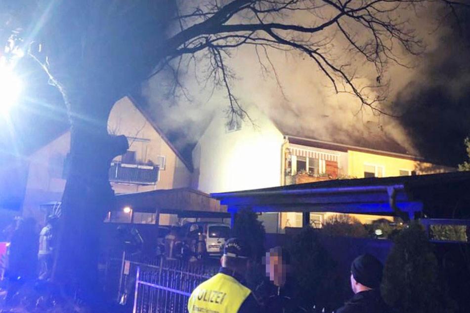 In Lichtenrade brannte am Samstagabend das gesamte Dach eines Wohnhauses.