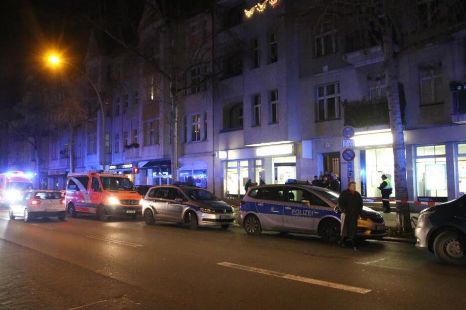 Einsatzfahrzeuge von Polizei und Feuerwehr stehen vor der Bankfiliale.