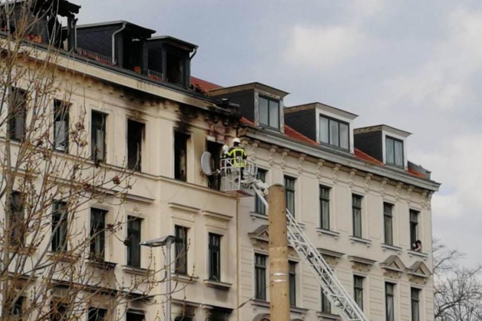 Rauch liegt in der Luft und Qualm kommt aus den Fenstern.