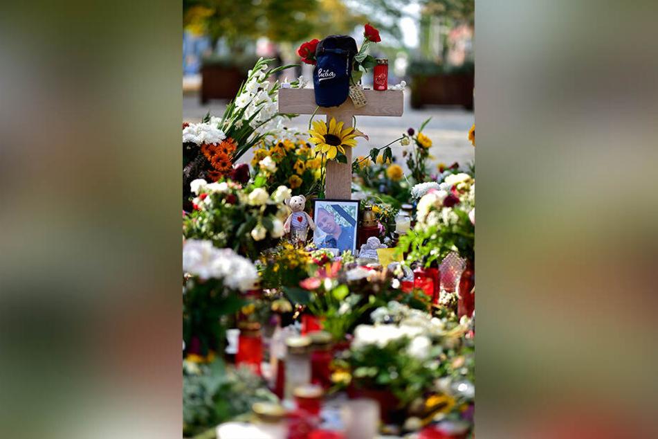 Am Tatort in der Brückenstraße legten Angehörige und Freunde Blumen für Daniel H. nieder.