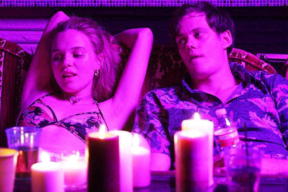 Lily Colson (Odessa Young) macht mit ihrem Freund Mark (Bill Skarsgard) fett Party.