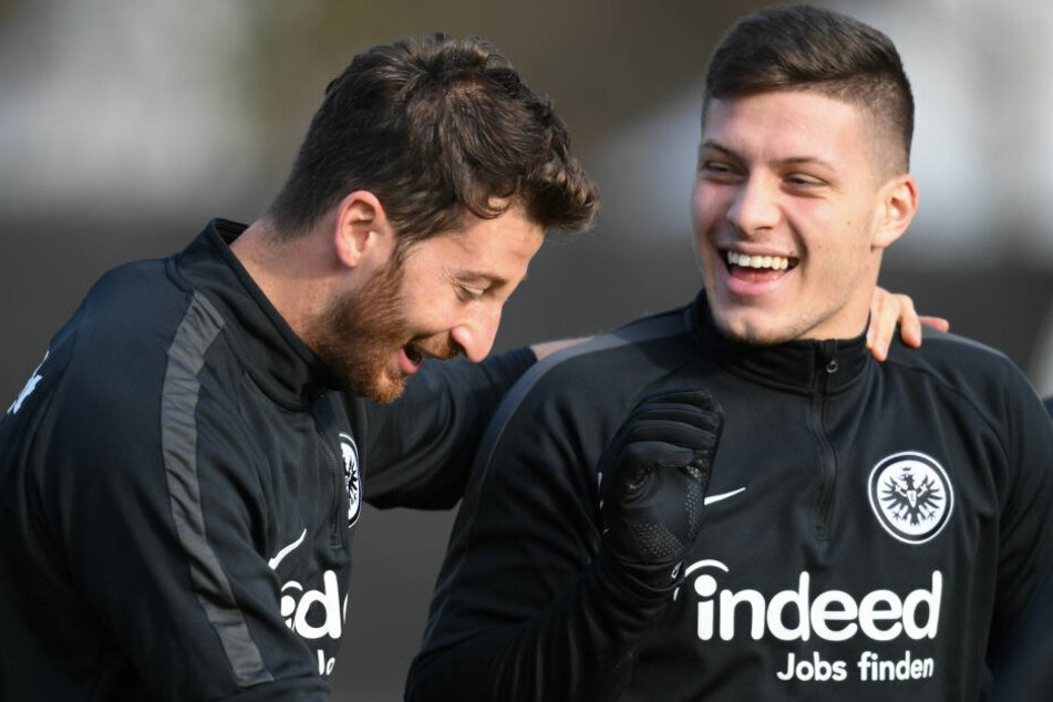 Fühlt sich in Frankfurt wohl: Luka Jovic (re.) beim Training mit Eintracht-Kapitän David Abraham.