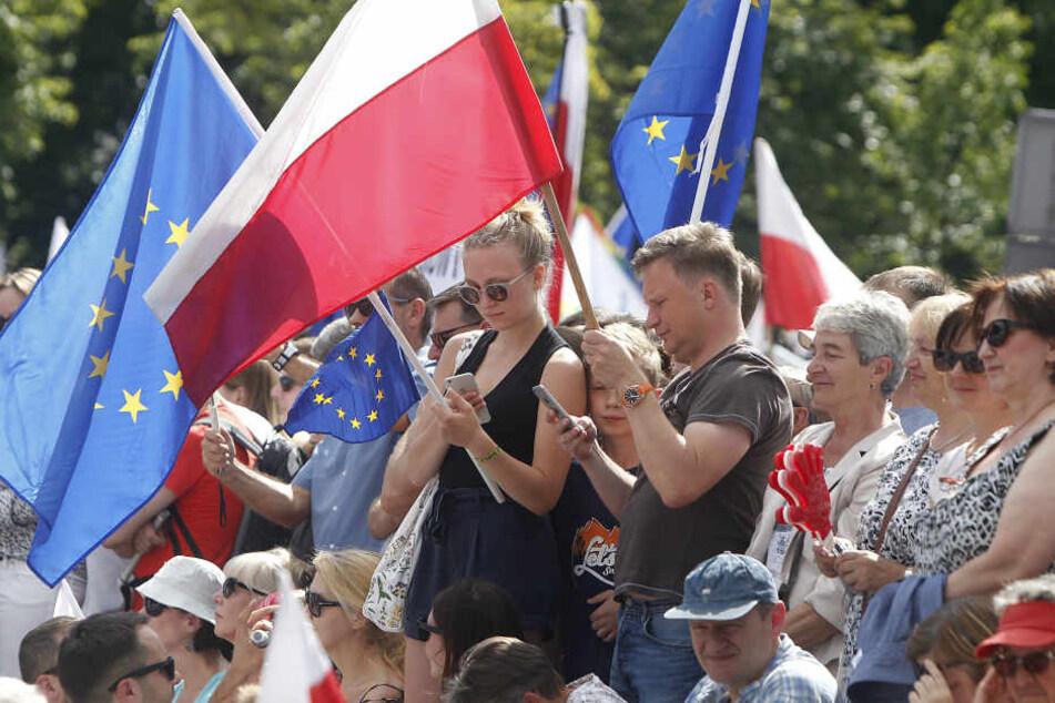 Demonstranten protestieren seit dem Wochenende vor dem Parlamentsgebäude in Warschau.