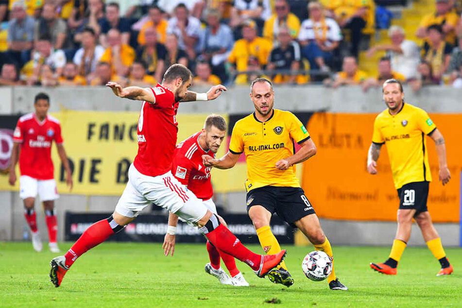 Dynamos Rico Benatelli (vorn rechts) nahm es gleich mit zwei HSV-Stars auf. Hier ließ er Pierre-Michel Lasogga (vorn rechts) und Aaron Hunt (M.) einfach stehen.
