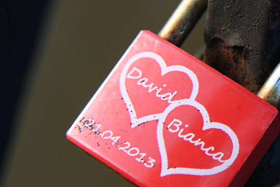 Ein Liebesschloss in Marburg: Ob Bianca und David immer noch zusammen sind, ist nicht bekannt.