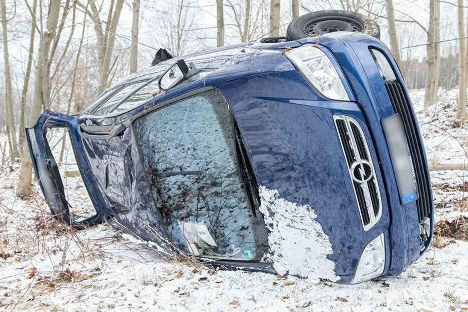 Heftiger Crash im Erzgebirge: Opel überschlägt sich, Fahrerin verletzt
