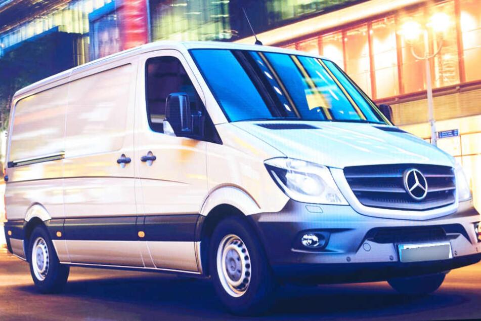 Um einen Mercedes-Benz Sprinter könnte es sich bei dem Transporter handeln.