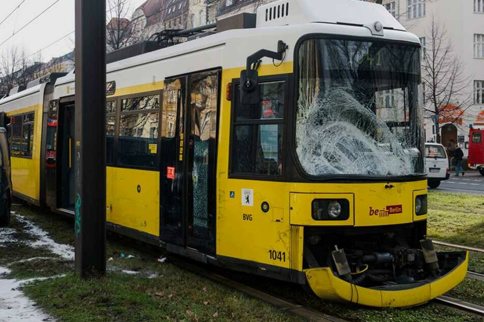Krankentransport stößt mit Bahn zusammen