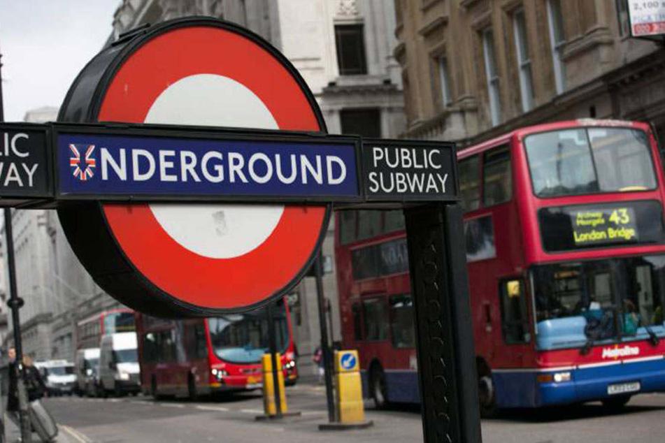 Im Londoner Untergrund ging es heiß her. Eine unfreiwillige Beobachterin wollte einschreiten und kassierte die Quittung.