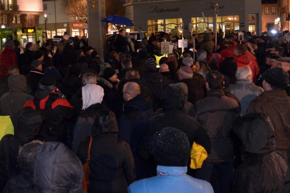 Rund 170 Menschen versammelten sich um Björn Höckes (AfD) Rede zu zuhöhren.