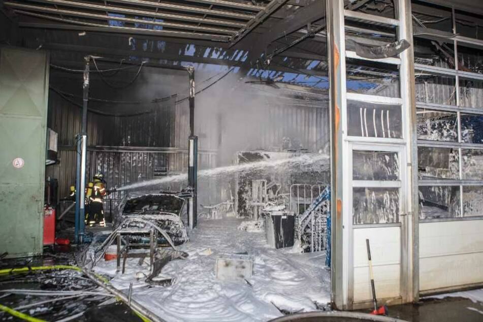 Großbrand! Feuer wütet in Halle voller Autos, Arbeiter im Krankenhaus