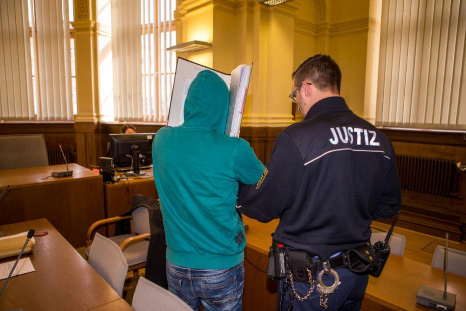 Kapuze überm Kopf: Der Angeklagte hat panische Angst, dass er erkannt wird und seine Mithäftlinge erfahren, weshalb er vor Gericht steht.