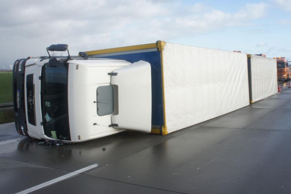 Windböe wirft Lastwagen auf Autobahn um: Fahrer schwer verletzt