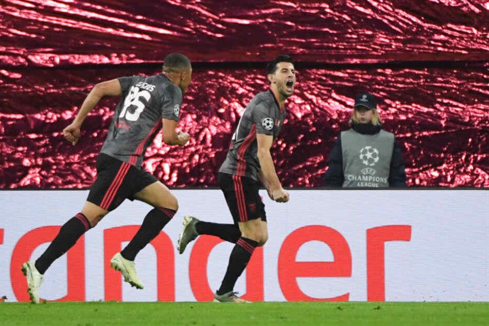 Benficas Pizzi (r.) jubelt mit Carlos Vinicius, nachdem er das erste Tor erzielt hat.