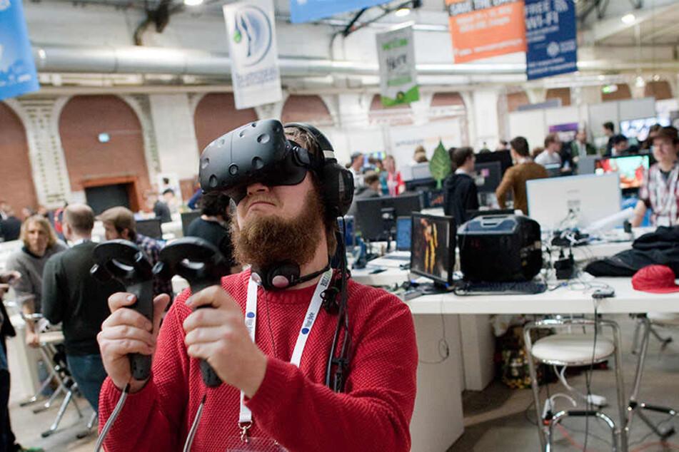 Daniel von der Firma Sparrow testet eine virtuelle Brille und zwei Motion Controller.