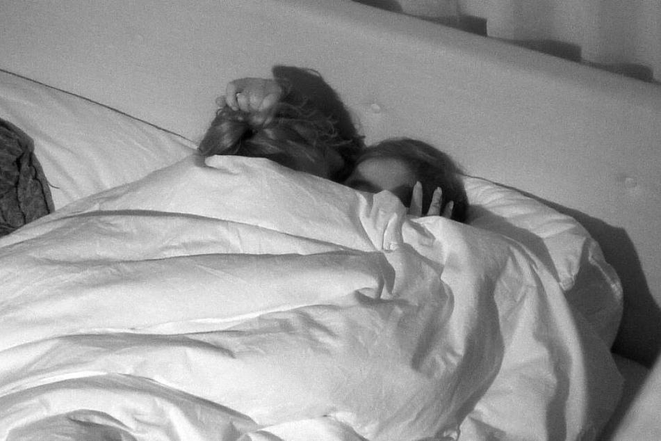 SAT.1 zeigte am Donnerstag, wie sich Janine Pink (32) und Tobias Wegener (26) erstmals im Bett geküsst haben.