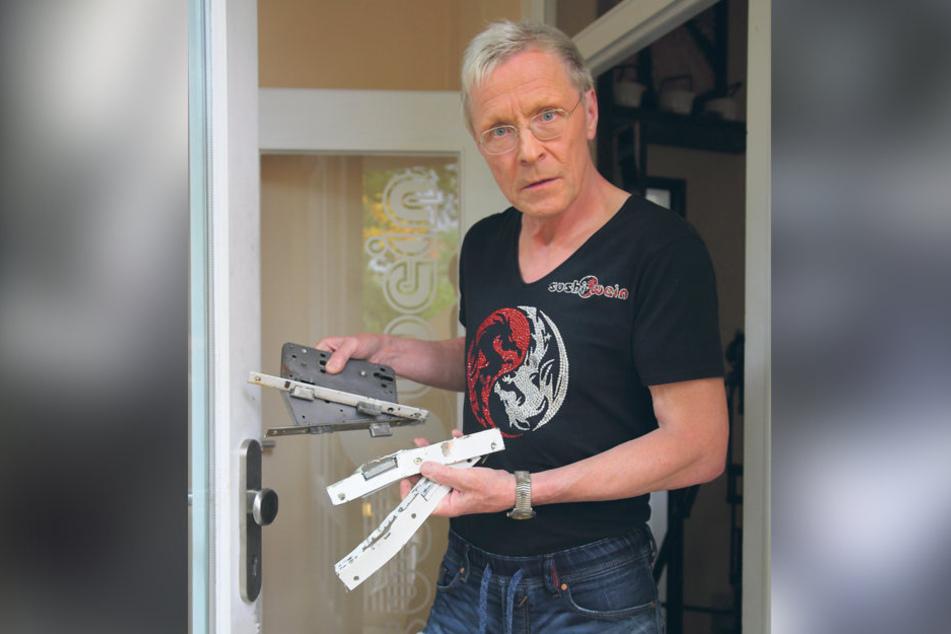 """Das Lachen ist ihm vergangen: Wolle Förster (61) zeigt im Radebeuler """"Sushi  & Wein"""" die aufgebrochenen Türschlösser."""